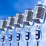 681267-lotta-microfoni-retro-fila-di-microfoni-contro-sky