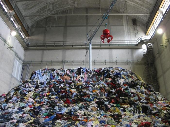 Christian Boltanski, Personnes, Hangar Bicocca, Milano, 2010 - https://www.abitare.it/it/archivio/2010/06/25/la-vita-degli-abiti/
